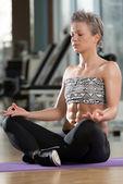 žena přemýšlí v klubu dělá jógu — Stock fotografie