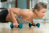 Young Woman Doing Press Ups In Healthy Club — Zdjęcie stockowe
