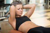Attractive Woman Doing Sit-Ups With Exercise Ball — Stock Photo