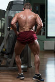 Bodybuilder Performing Rear Lat Spread Pose — Foto Stock