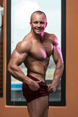 Bodybuilder Performing Quarter Turn Right Pose — Stock Photo