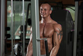 Bodybuilder Exercising Biceps In Healthy Club — ストック写真