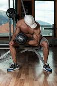 Genç adam egzersiz dumbbells ile — Stok fotoğraf