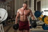Bodybuilder Working Out Biceps In A Health Club — Stock Photo