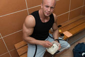 Bodybuilder Eating Healthy Diet Food Out Of Tupperware — Stock Photo