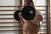 Jovem fazendo exercício para bíceps — Fotografia Stock