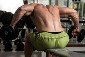 Frisk man gör tung vikt träning för rygg — Stockfoto