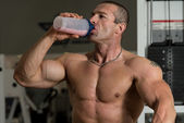 水のボトルから飲んでボディービルダー — ストック写真