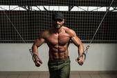 Muskel bodybuilder darstellende kabelzüge — Stockfoto