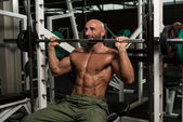 Bodybuilder Doing Heavy Weight Exercise For Shoulder — 图库照片