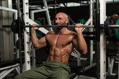 Bodybuilder Doing Heavy Weight Exercise For Shoulder — Stock fotografie