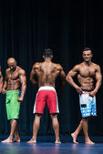 Mens Physique Posing During A Bodybuilding Competition — Stock Photo