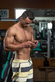 Young Man Texting While Fitness Sesion — Foto de Stock