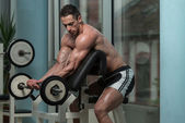Man In The Gym Exercising Biceps With Barbell — Stock Photo