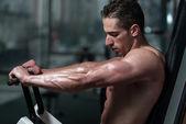 Frisk ung man gör övning för bröst — Stockfoto