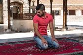 Moslim bidden in moskee — Stockfoto