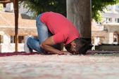 Young Muslim Guy Praying — Stockfoto