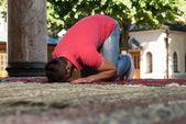 Giovane ragazzo musulmano pregando — Foto Stock