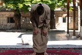 Müslüman erkek camide dua ediyor — Stok fotoğraf