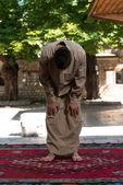 Młody chłopak Muzułmanin modli się — Zdjęcie stockowe