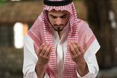 Genç Müslüman adam için dua — Stok fotoğraf