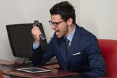 Formal giyim telefon bağıran kızgın adam — Stok fotoğraf