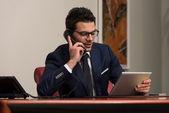 Kaufmann Gespräch am Telefon im Büro — Stockfoto
