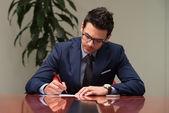 オフィスの紙を見て若いビジネスマン — ストック写真