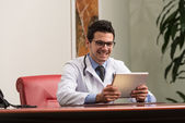 Arts op een breuk met zijn computer — Stockfoto