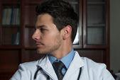 Porträtt av en stilig manliga läkare — Stockfoto
