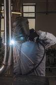 Saldatrice industriale lavorando in fabbrica — Foto Stock