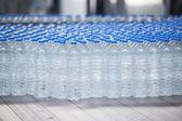 Konveyör bant üzerine plastik şişe — Stok fotoğraf