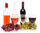 Ripe grapes, wine glasses and bottles of wine — Stock Photo
