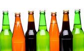 Una hilera de botellas de cerveza superior — Foto de Stock