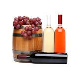 Hlaveň, láhve vína a zralé hrozny — Stock fotografie