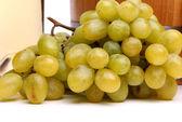 Racimo de uvas maduras y jugosas verdes — Foto de Stock