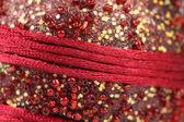 Fondo de granos y los hilos rojos. — Foto de Stock