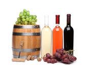 Vat en flessen wijn — Stockfoto