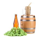 Tasse de baril avec saut de l'orge et la bouteille de bière. — Photo