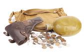Pistolet plecak dla żołnierzy kolby i kilka monet. — Zdjęcie stockowe