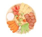 Vari tipi di formaggio su piatto in legno. — Foto Stock