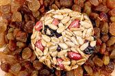 圆圆的蜜饯的种子和坚果和葡萄干. — 图库照片