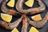Raw shrimps with lemon — Stock Photo