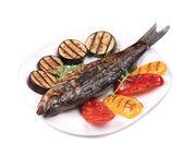 сибас на гриле с овощами на плите. — Стоковое фото