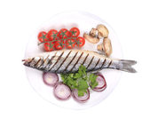 Grilled seabass with fresh vegetables. — Stock Photo