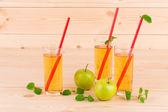 Яблочный сок на дереве — Стоковое фото