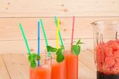 Грейпфрутовый сок и нарезанные фрукты. — Стоковое фото