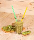 Sklo plné šťávy chutné kiwi. — Stock fotografie