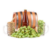 Barrel mug with hops — Stock Photo