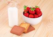 Milk and strawberry — Stock Photo